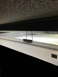 蛍光灯を交換したいんですが、照明の蓋がこのような金具で留められており、少しの隙間が開くくらいの上げ下げならできるのですが完全に取り外す方法が分かりません。 直管の蛍光灯5本使ってます。自分で交換できるタイプの照明でしょうか。賃貸なのでよく分からないです。