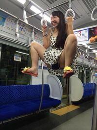 電車のつり革にぶら下がって遊んでいるこの女についてどう思いますか?
