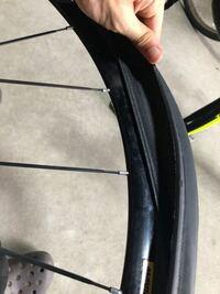 ロードバイクのタイヤ交換で、タイヤの側面をはめたいのですが、硬くて最後がハマりません。 何かいい方法はありますか?