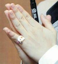 BTSのジミンについてです。 この写真を見る限り片方(手前)の手の小指の方が小さく見えるんですけどなんででしょうか??