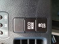 ヴォクシーにエコモードのボタンがついています。 普段はエコモードを押さなくても走行中時々エコモードという表示が付きます。  さらにこの写真のボタンを押せばエコモードが二つ上下に表示されます。  このエコモードのボタンを普段から押していた方がガソリンの燃費はいいのですか?