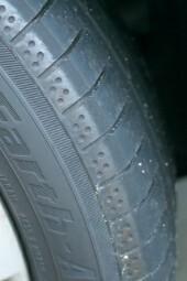 タイヤの寿命について質問します。 車種はトヨタのアクアで、タイヤはヨコハマのブルーアースエースですが、前の右側のタイヤの外側の溝のみ消えかかっています。 画像は他の3本の溝がある方ですが、前の右側外側のタイヤの溝が消えかかっているのは、外側の溝のみで、真ん中の溝はまだ普通に有るので今すぐ交換、というわけではないですか? たしか外側の溝は排水のためではないですよね?