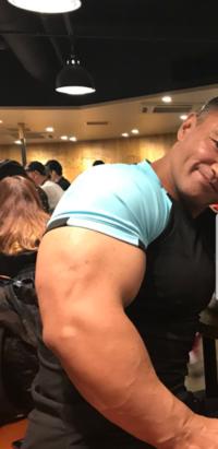 腕の筋肉をぶっとくするのは自重トレとダンベルだけでも可能ですか?これが夢です。