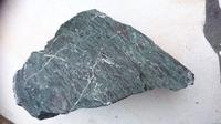 至急、石の種類を教えてください。 できれば同定の根拠があると助かります。 採取場所は静岡県浜松市 道の駅潮見坂近くの白須賀海岸です。 よろしくお願いいたします。