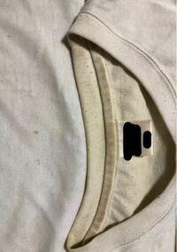 白Tシャツの黄ばみはここまでなったら落ちないでしょうか...。 左側が本来の白さ(と言っても少し汚いですが) 襟元が酷い黄ばみです。  どうしたら落ちるでしょうか。