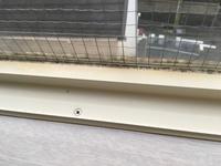 パッキンの黒カビについてです。 賃貸の新居の窓のパッキンの黒カビが酷いです。 カビキラーをティッシュにつけて放置してみたのですが、画像のように白い部分だけが変色し、黒カビ自体は全く 落ちる様子があり...