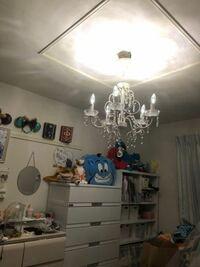 シャンデリアの電気についてお聞きしたいです。 6.2畳の部屋に 5灯付けるシャンデリアを置いています。 LED 0.8W 32ルーメン 昼白色 ×5灯 なのですが、 部屋がとてつもなく暗いです。 又、ちらつき(フリッカー)があり、 手を振ると残像が残ります。  ◆ちらつきがない ◆昼白色(オレンジ色や黄色ではなく、白っぽい自然光希望。青すぎるのも✖︎) ◆6.2畳に合う明るさ  こちらの条件...