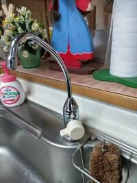 浄水器専用水栓のメーカーがわかりません。 どなたか、写真の水栓(元止め式)のメーカーが分かる方はいらっしゃいますか。 平成16年くらいに設置されたと思われ、生産終了品の可能性も高いです。 よろしくお願い...