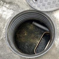 浄化槽について教えてください。   10人層の浄化槽なんですが、、、  6月頭に汲み取りをしました。9月の頭にこのような感じになって居りますが。  もう汲み取り時期なのでしょうか?