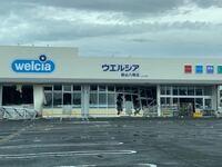 地震や台風などの自然災害で、写真のように、コンビニなどの店が開店できない状態のとき(ガラスやドアも壊れ停電とか)商品を勝手に持ち出すことは出来るのでしょうか?一応店員さんとかいるんですか? Twitterで...