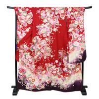 未婚の30代前半ですが、黒や赤の振り袖でこんな柄は派手でしょうか? 同じ柄ではないですが、近所で近い柄が6万で売っています。 もし派手なら訪問着や小紋は正月の神社詣りや自分の結婚式には向きますか?こちらの画像は仕立て中なので貼れませんが、訪問着はくすんだ水色の桜柄です。(桜柄でも季節は問わないとお店の人に言われています) 小紋が黒地に日本の玩具柄とピンクの花柄、水色の花柄です。 どれも振り袖...