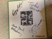 家を片付けていたところ、とあるサイン色紙を見つけました。ビートルズのサイン色紙なのですが、貰い物なので本物なのかはたまた印刷物なのかわかりません。詳しいかた居ましたらお教え下さい。 宜しくお願い致します。