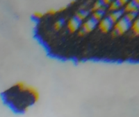 エラー紙幣? 一万円の裏面の左下の数字の10000の1の数字の左下の位置に汚れのような黒い点があったので拡大してみたところ、ただの汚れではなくてお札全体に使われている青と黒の色が見える特殊なインクによる...