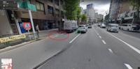自転車ナビマークについて、少し思うのですが質問です。 街中で自転車ナビマークを見ることがありますが、片側二車線以上あるときに第一車線に自転車ナビマークがありますが、こういうのって決まって左端にあるんですよね。  車両通行帯があれば同一車線内での追越しは相手が自転車でも禁止かと思います。  だけど、少なくない運転手が第一車線内の左側端に自転車が寄ってて抜けるスペースがあれば同一車線内で...