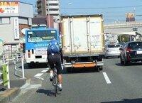 ロードバイクで車道を走ると言うと危ないという人がいますが、 歩道を走ったほうが安全なのか、 クロスバイクやママチャリなら安全なのか、 どうなんでしょうかね?