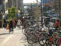 名古屋の栄駅周辺の自転車置き場を探しています。これから半年か一年か分かりませんが、停めておきたいのですが現在場所が見つからず困っています。 今は歩道のたくさん自転車が置いてある場所 に一緒においてあ...