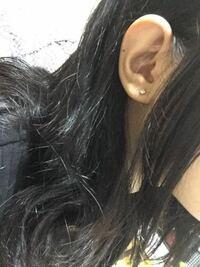 ピアスの位置についてです。 数年前に両耳に1つずつピアスを開けております。  先日友人からの贈り物でピアスをいただき、とてもかわいいのでもう1つピアスを開けようと思っています。  ただ、両耳とも耳たぶの真ん中に開けてしまっており、位置に悩んでいます。 右耳に開けようと思っていますが、今のピアスの位置だとさらに開けたらおかしくなりますか?  丸い耳なので、斜めに開けるのが難しそうです。。
