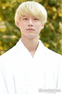 この坂口健太郎さんみたいな金髪にしたいなと思ってっるのですが美容院でやってもらおうと思います。 どのように頼んだらいいですか?