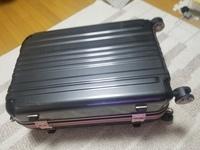 高校の修学旅行のスーツケースについてです。 近くのドンキで68Lのスーツケースを買ったのですが 大きすぎた気がします。。。68Lのスーツケースでも大丈夫でしょうか?あと飛行機の手荷物に引 っかからないか心...