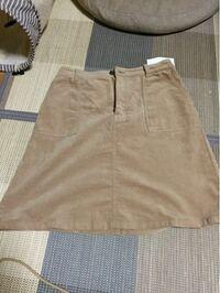 このスカートのトップスは何色の何が合うでしょうか? ㅇ色はベージュ(暗め?)  ㅇコーデュロイ素材 ㅇ膝丈 ㅇデートで来ていきます。  靴は黒のショートブーツを履こうと思うのですが、靴も何色の何が合うとかあ...