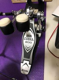 ドラムのキックペダルのビーターの角度の調節についてです。 TAMA タマ Ironcobra アイアンコブラ 200 ツイン ドラムペダル HP200PTW というツインペダルを買い、組み立てたのですが、ビーターの角度の調整方法が...