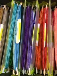 刺繍糸をダイソーに売ってる刺繍糸ホルダーに巻き付けて保存しているのですが、その刺繍糸ホルダーを入れる箱を探しています 蓋があってできたら色を6.7個に分けられるものがいいです なにかおすすめのものがあっ...