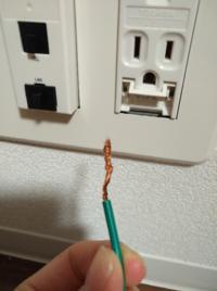 引っ越ししてきて、オーブンレンジのアース線を取り付けようとしたのですが、前の家で取り外し方が悪く銅線が絡まってしまい上手く奥までささりません。。 この場合、どうしたら良いでしょうか?