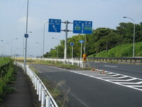 自転車での三叉路の通行についてです。 例えばここの三叉路の右折レーンは自転車で通行してもよいのでしょうか?