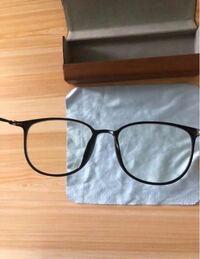 こちらの写真に写っている黒いメガネを探していますがメーカー名やブランド名がわからず困っています。 写真ではテンプルの字が不鮮明でわかりませんでした。 メガネ拭きが渦巻き模様です。 鼻の部分がかなり細くテンプルは針金のように細いです。 ノーブランドかもしれませんが似たものを見た方や こちらのメガネのメーカーやブランドがわかる方教えてください。 ちなみにこちらはブルーライトカットのメガネのようです。
