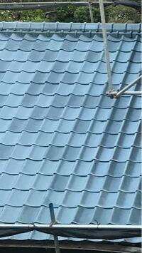 屋根を塗装業者に頼んで吹き付けではなく下塗り、中塗り、上塗りと3回全面手塗りで施工してもらいましたが、施工完了後確認したら瓦の色が一枚一枚違いますのでどうしてですか?と聞いたら施工業者からの説明として は今回の塗料の成分にラメが入っていて塗料の一斗缶の塗料を十分混ぜてから吹き付けだとそのラメが均一に塗れるのですが、今回は全面手塗りで施工していますので、そのラメが均一になるようには塗る事が出来...