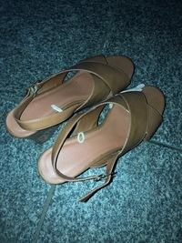 姉が使っていた靴を壊してしまいました。恐らくGUの商品だと思うのですが、このクロスサンダルの値段はいくらですか?