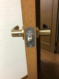 自室のドアに後付けで鍵をつけたいです。 自分で付けられるか、またその道具はどこで売っているか、知りたいです。 よろしくお願いします   ※ドアは内開きです。