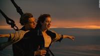 「タイタニック」1997年で 沈んだタイタニックから生還したローズですが、 彼女が家に戻れば 生きていた事が婚約者キャルに知れ 彼の元に連れ戻される可能性があります。 ローズは、一度は駆け落ちを決意して...