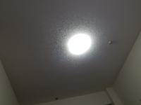 12畳のリビングダイニングの天井中央に照明のソケットがこのようについています。 奥半分をダイニングスペースにして手前半分をリビングのスペースにしているのですが、なんせ部屋のど真ん中しか照明がつけれないためなんとなく暗いです。  この様な配置のソケットの場合どうやって照明を設置したら両スペース共に明るくなるでしょうか?