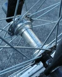 自転車用の車輪を車いすで使えるようにするために、車輪中央の部品(名称不明)を交換したいのですが、何という名前でどこで売っていますか? 安ければ海外サイトでも良いので教えて下さい。