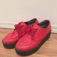 コーディネートのアドバイスを頂きたいです。 先日こちらの赤の靴を一目惚れして購入したのですが、買ったはいいもののどんなコーディネートにこれを合わせればいいのか分からず履けないでいます。  どなたかコー...
