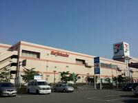 東京から最遠のイトーヨーカドーは広島県福山市の福山店の筈ですが、閉店してしまいました。 岡山店も広畑店(兵庫県姫路市)もイオンなどの他社にK.Oされました。 現在最西端のイトーヨーカドーは加古川店(兵庫県...