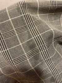 布用ボンドで裾上げをしたら画像のように染み出てしまいました。 たくさん量は塗っておらず、場所によっては滲み出てないところもあります。 落とす方法ありますか?