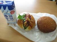 朝食、これでもアリですか? カレーパン、コロッケパン、牛乳です。