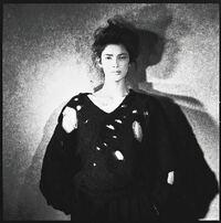 コムデギャルソンの「ボロルック」について 写真の女性が着用している黒の穴あきセーターは、80年代初頭にコムデギャルソンがパリコレクションにて発表したものです。 当時のコムデギャルソンのコレクションは「...