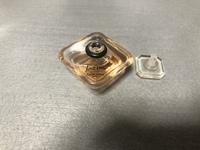 香水について質問ですm(_ _)m  こういうタイプの香水って付ける時どうするのが正しいんでしょうか。。  押すとシュッとミストが出るタイプしか使ったことがなく。。  無知な質問ですがよ ろしくお願い申し上げます。