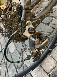 クロスバイクのビアンキroma3のパンク修理を行なっていたのですが、後輪タイヤを入れる際写真のような隙間がどうはめてもできてしまいます。隙間はなかったはずなのですがどうすればうまくハマるでしょうか?