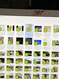 ファイルのピクチャーす全てに黄緑の四角にアイコンが表示され見ずらく て仕方ありません。このすべての写真の左下に表示されている黄緑色のアイコンの 削除方法教えてください。