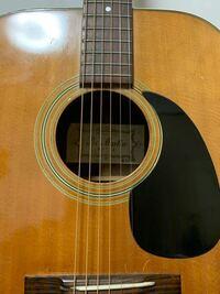 ハードオフてジャンク品として2000円で売り出されていたギターです。とりあえず弦を張り替えて、チューニングしました。 たとえ使わないとしても後悔しない値段だったので買ってしまいましたが、、、このギターは...