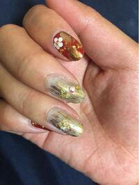 OPIのマニキュアについて 先日ネイルアートをしてもらいました。 写真の中指と薬指(ゴールドっぽい色の爪)のベースに塗ったマニキュアなのですが、とても気に入り、自分でも購入したいと思っています。しかし、番...