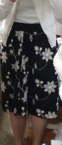 このスカートに合わせるストッキングは、肌色と、濃いグレーのタイツ、どちらが合っていますか?