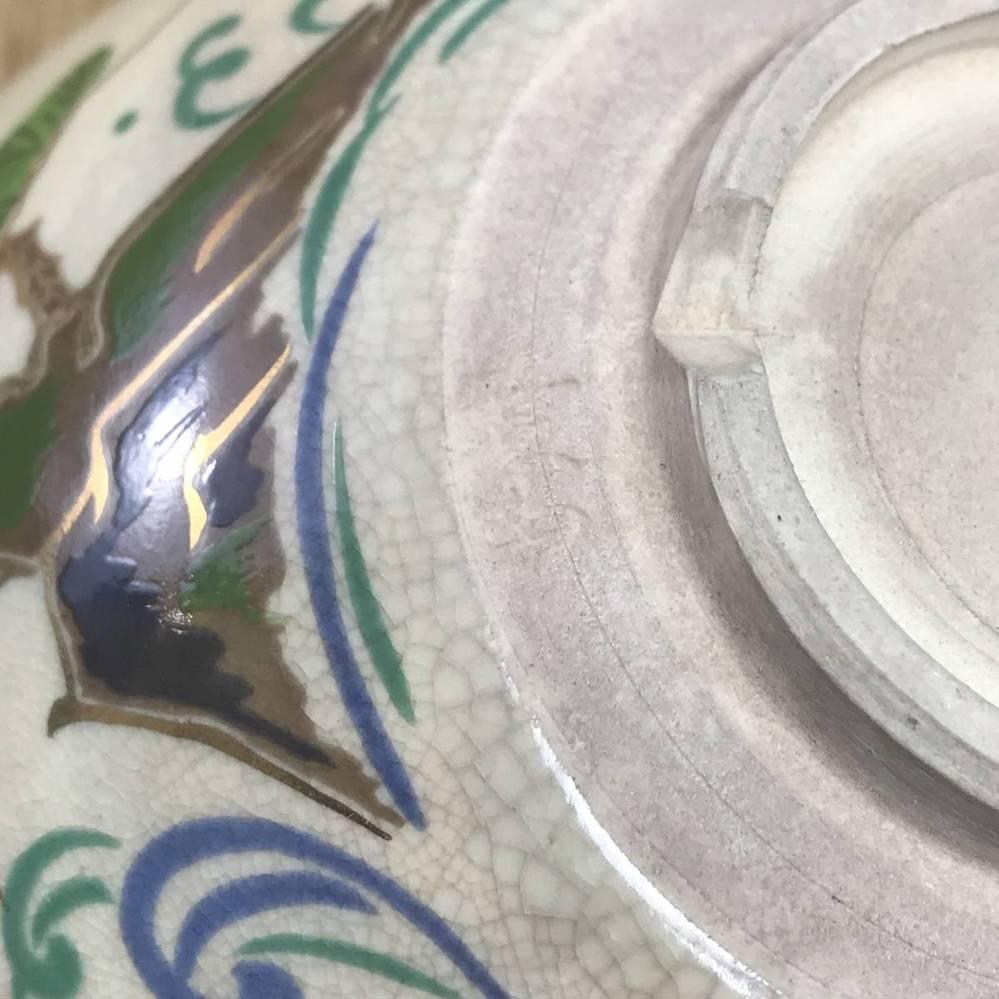 陶器に詳しい方、よろしくお願いします。画面に示すように、高台の一部分が欠けているのはどういうわけでしょうか?不良品ですか?