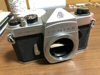 PENTAX(ペンタックス)について。こちらのカメラはいつ頃のものかパッと見て分かりますか? カメラを始めたくて気軽に、と中古で購入しました。 説明書が無く手探りで始めようとしています。 難しいですか?