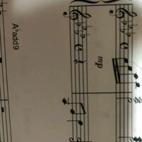 前奏の左手がト音記号になっているのですが楽譜の読み方はヘ音記号と変えなくて良いのでしょうか。