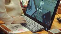 パソコンの機種が知りたいです(画像参照ください)。 昨年放送していた、新垣結衣さん主演のドラマ「獣になれない私たち」の中で、新垣さん演じる主人公の会社で使っていたデスクトップパソコンの機種が知りたいです。 メーカーはDELLというところまでは分かるのですが、カテゴリが何に属するのかが分からず、メーカーホームページを見ても見つけることができませんでした。  画面の大きさとキーボードが好みで、今...
